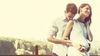 Schwangeres Paar am See