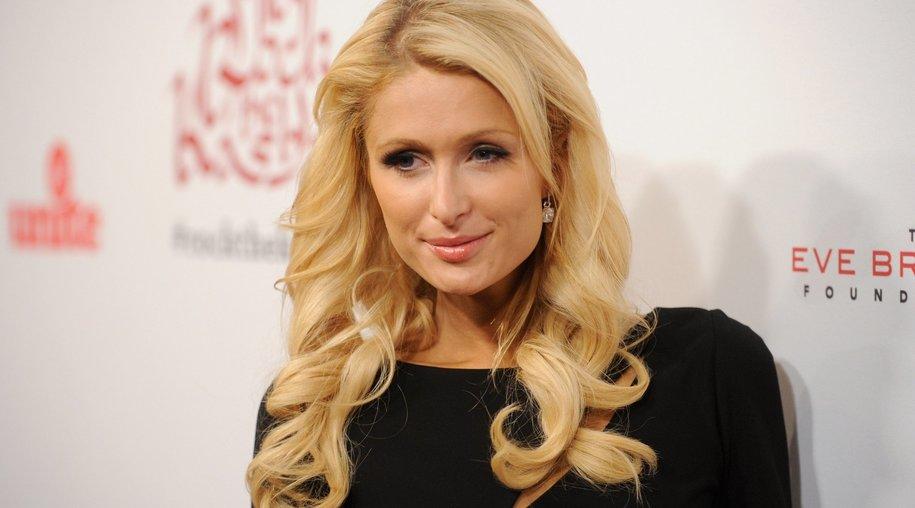 Paris Hilton besucht Waisenkinder