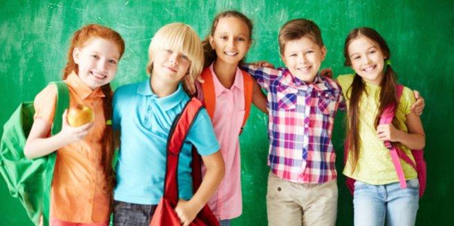 Schulfähigkeit: Schulkinder vor Tafel