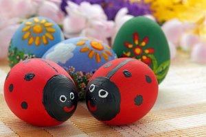 Ostereier im Marienkäferlook zu gestalten, bereitet vor allem Kindern Freude.