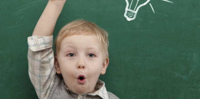 Rätsel für Kindergartenkinder: Kind beim Rätselraten.