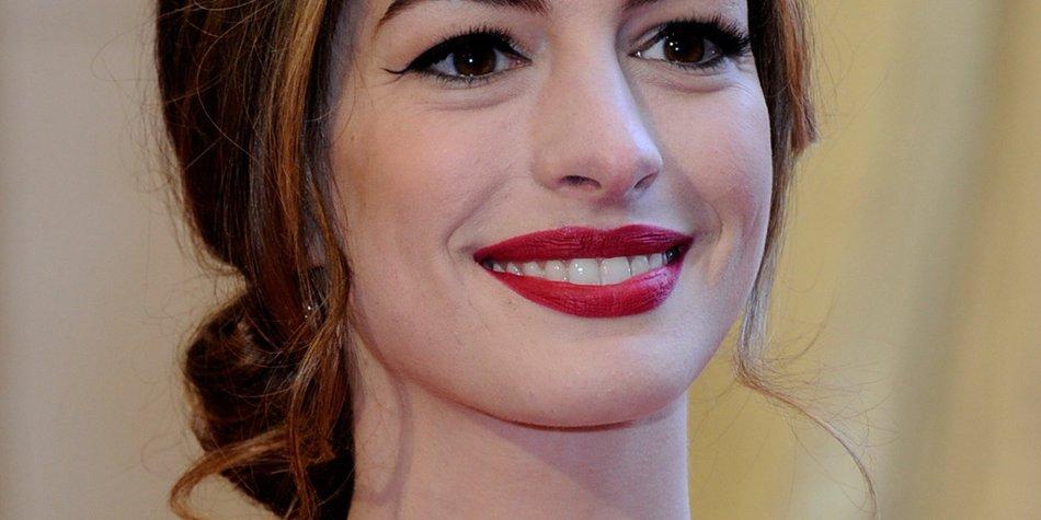 Anne Hathaway zeigt nackten Po