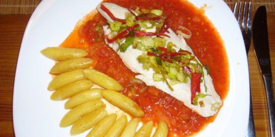Pangasiusfilet auf Röstpaprikasauce an Lauch - Chili - Gemüse
