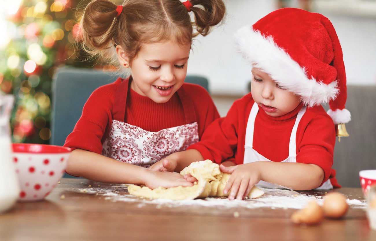 Kinder beim Backen