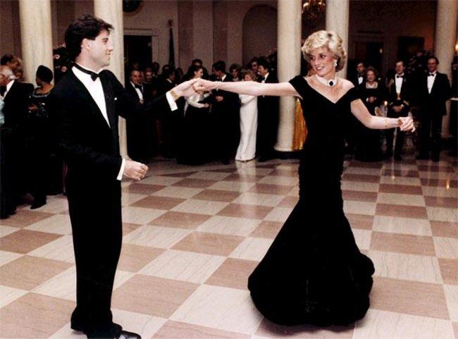 1985 tanzte Prinzessin Diana während eines Dinners im Weißen Haus mit Schauspieler John Travolta. Das Kleid, das sie zum Anlass trug, war der Renner bei einer Versteigerung. 281.000 Euro brachte es ein.