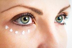 Falten um die Augen reduzieren