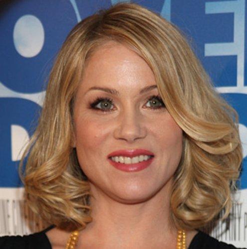 Christina Applegate mit schulterlangem, welligem Haar