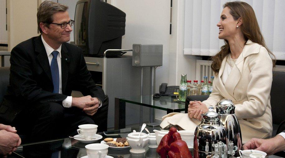 Angelina Jolie trinkt Tee mit Westerwelle