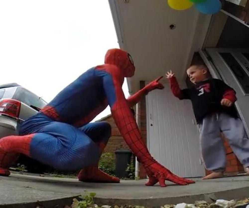 Spiderman überrascht 5-Jährigen auf Geburtstagsparty