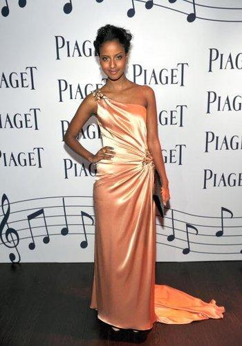 Sara Nuru in einem lachsfarbenem Kleid 2010 in Los Angeles.