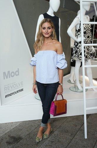 Stylistin Olivia Palermo in einem Denimlook mit Off-Shoulder Shirt