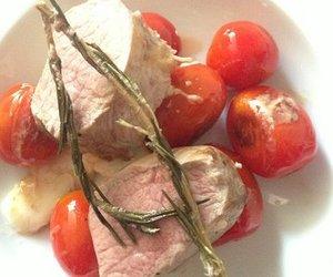Low carb: Zart gegartes Schweinefilet mit fruchtigen Tomaten
