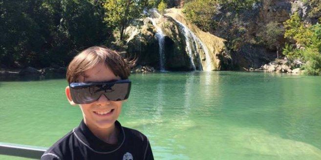 Erfüllung der Wunschliste: Ben vor einem Wasserfall