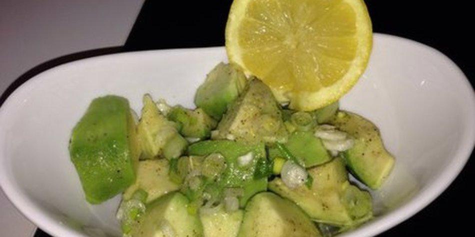 Fruchtiger Avocadosalat mit knackigen Frühlingszwiebeln
