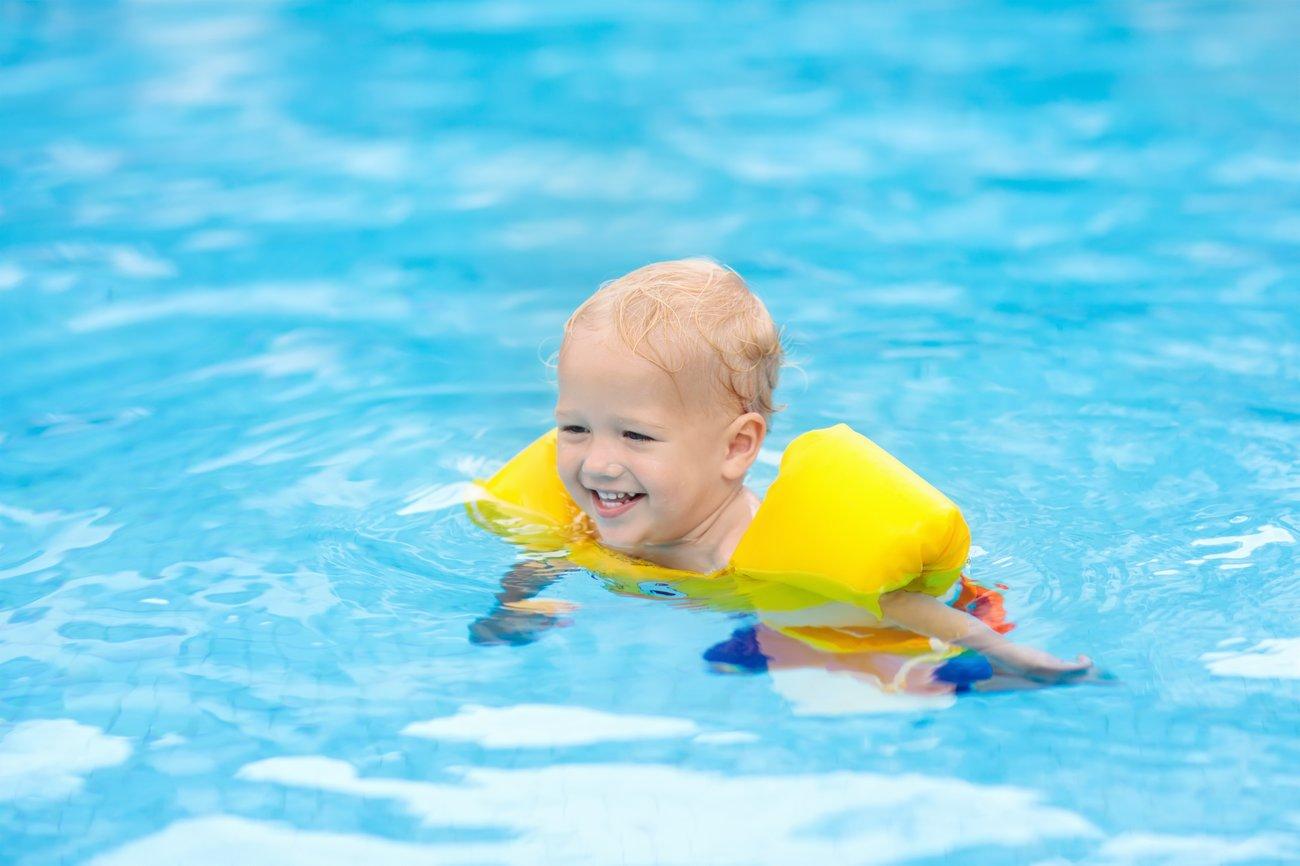 Baby schwimmt ohne Mütze