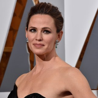 HOLLYWOOD, CA - FEBRUARY 28: Actress Jennifer Garner attends the 88th Annual Academy Awards at Hollywood & Highland Center on February 28, 2016 in Hollywood, California. (Photo by Kevork Djansezian/Getty Images)