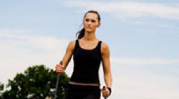 Optifast 52: Frau beim Nordic Walking