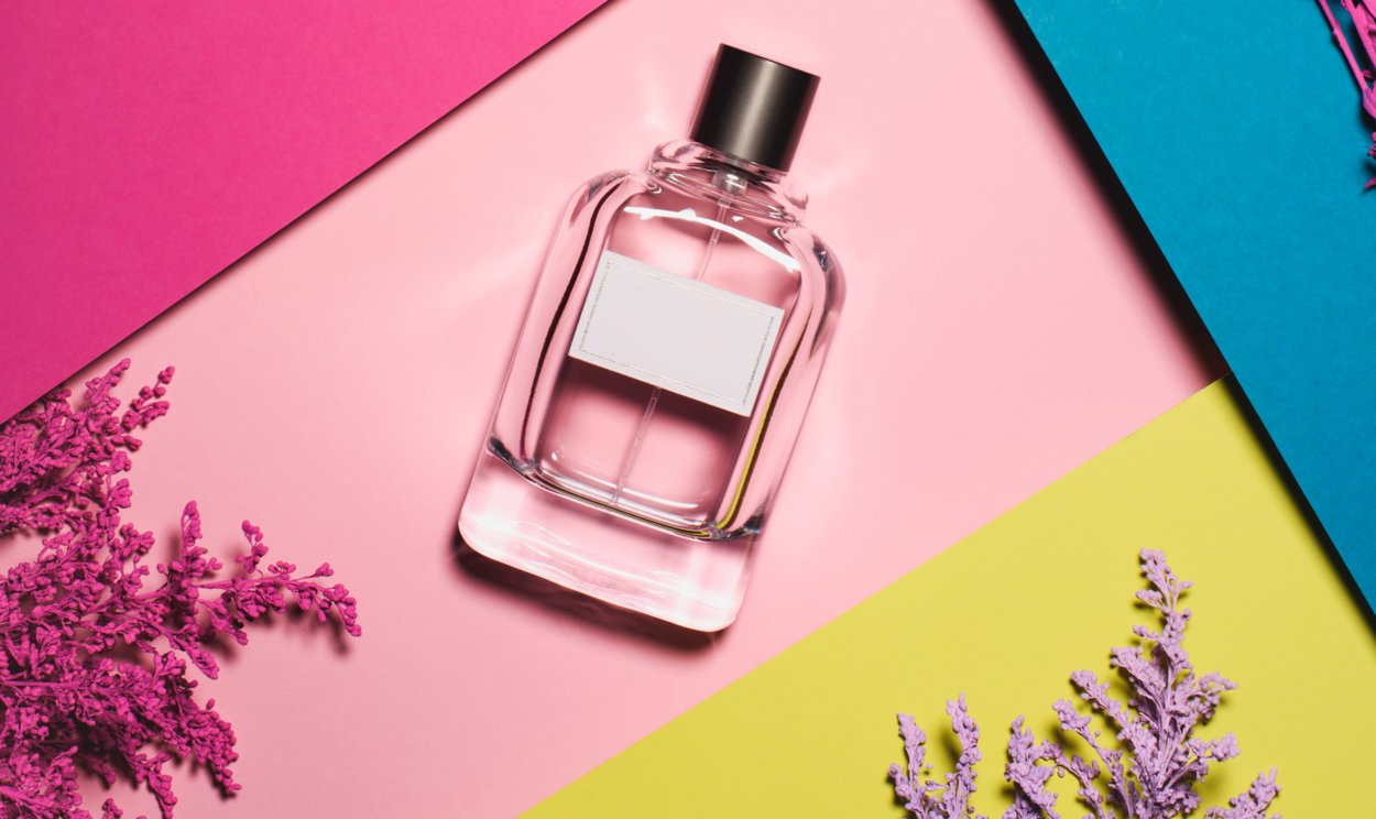 Parfum Flakon auf buntem Hintergrund