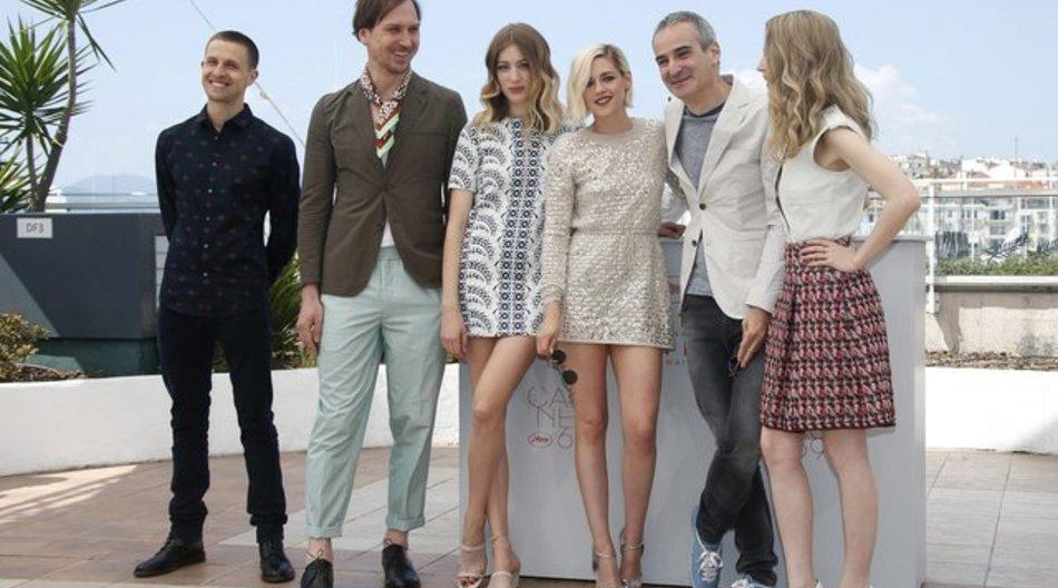 """Anders Danielsen Lie (l-r), Lars Eidinger, Sigrid Bouaziz, Kristen Stewart, Regisseur Olivier Assayas und Nora Von Waldstaetten stellten ihren Film """"Personal Shopper"""" in Cannes vor."""