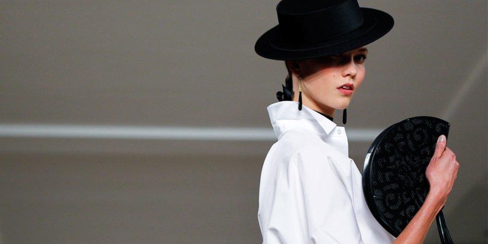 Model mit Hut