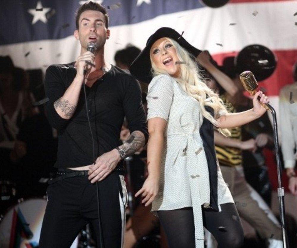 Adam Levine steht hinter Christina Aguilera