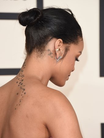 Rihanna Tattoo hinterm Ohr