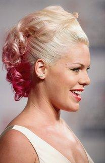 Pink mit glamouröser Hochsteckfrisur und pinken Strähnchen