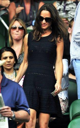 Pippa Middleton in einem schwarzen Kleid und mit Sonnenbrille.