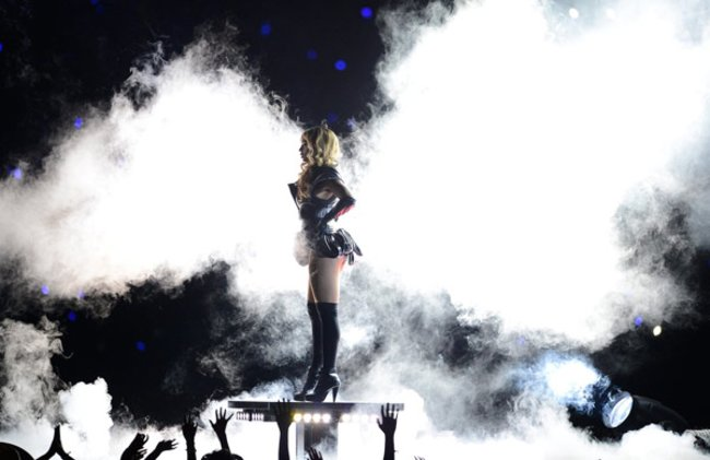 Aus einer Rauchwolke heraus betrat Beyoncé Knowles die Bühne des Superdome und eröffnete die mit Spannung erwartete Show.