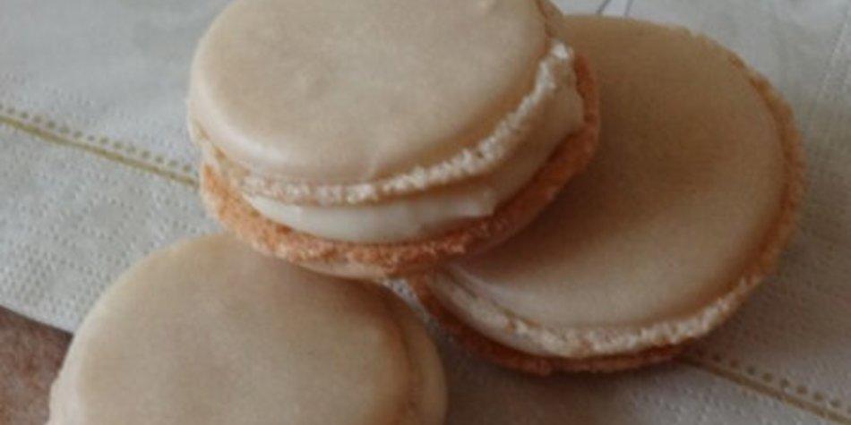 Lakritz-Macarons mit Eierlikör-Vanillecreme