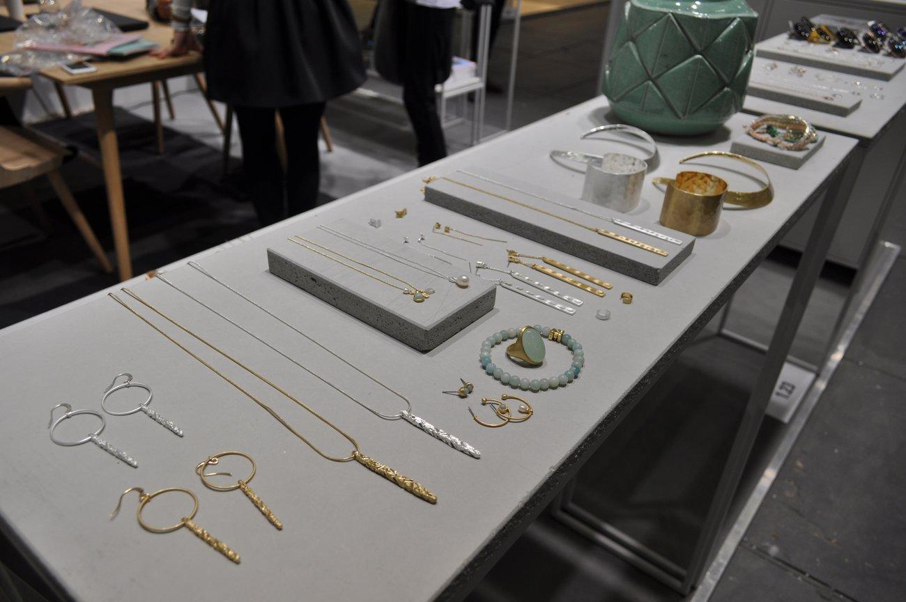 Echt dänisch: Auch bei Pilgrim liegt der Fokus auf filigranen Gold- und Silberschmuck.