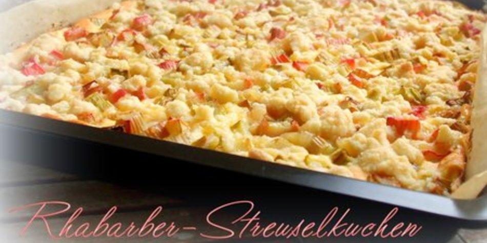 Rhabarber-Streuselkuchen mit leckerer Quarkcreme