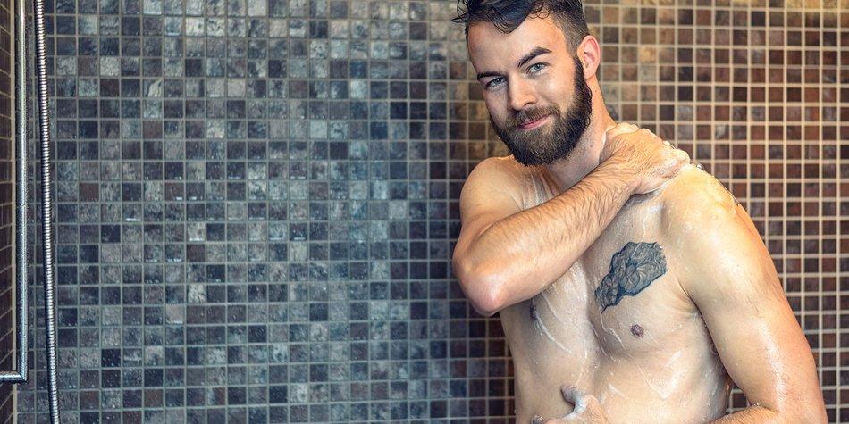 Mann in der Dusche