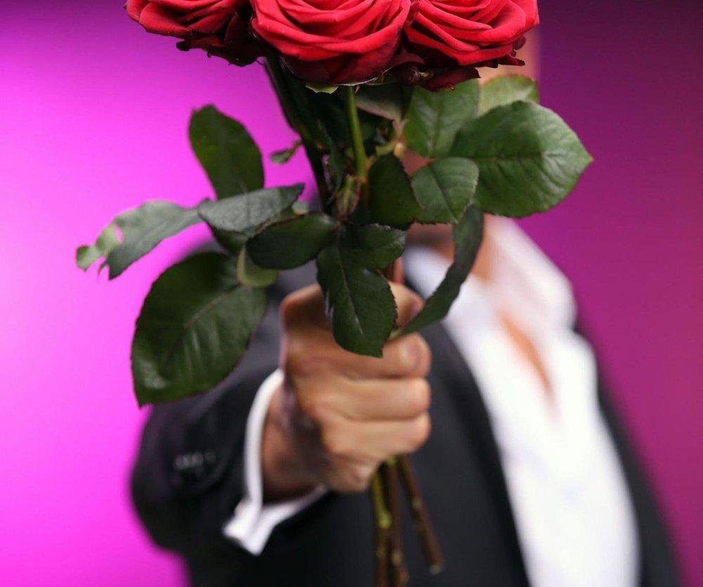 Der Bachelor verteilt die ersten Rosen