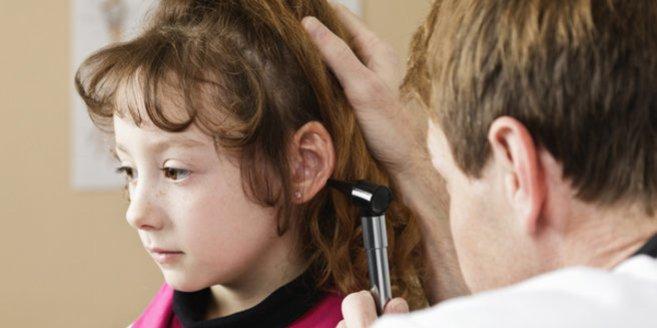 Paukenerguss: Mädchen beim Ohrenarzt