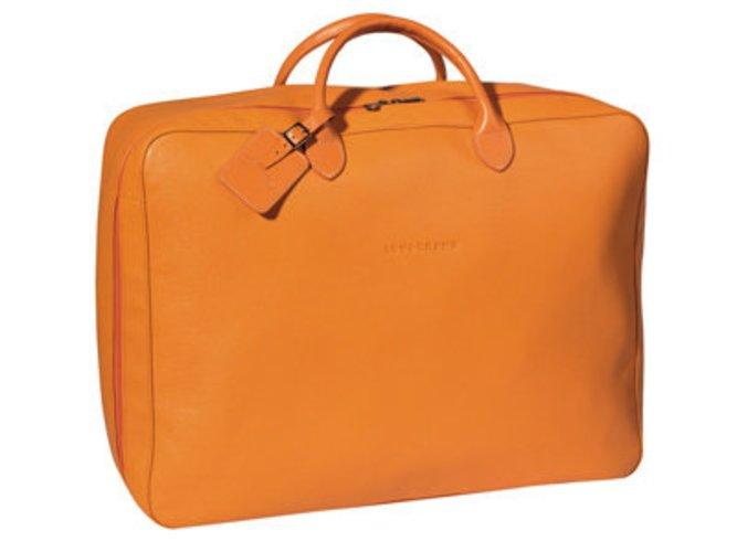 Knalliges Orange zeigt das Label Longchamp bei seiner Sommerkollektion für Taschen. So ist man Fit für die nächste Reise.