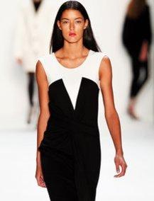 Rebecca Mir modelt für Laurel