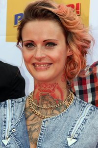 Jennifer Weist Tattoo am Hals