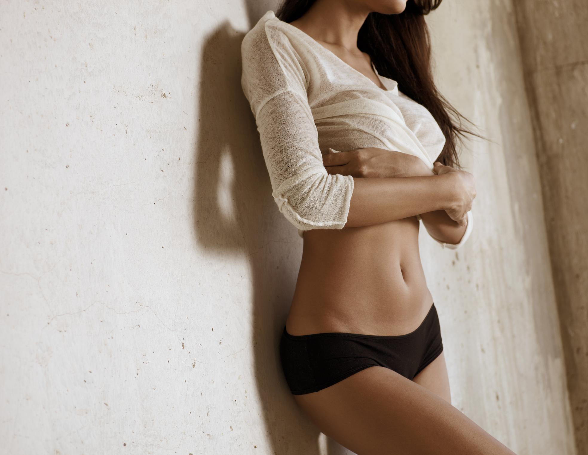 Frau in Unterhose