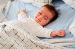 Baby, 3 Monate, schläft.