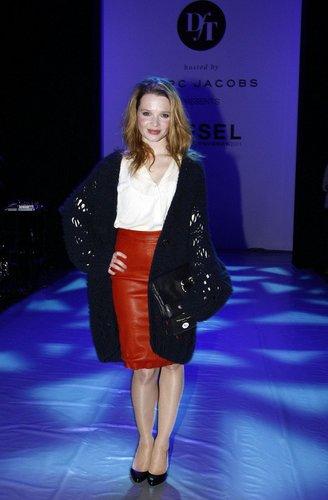 Karoline Herfurth in einem stylishen Outfit.