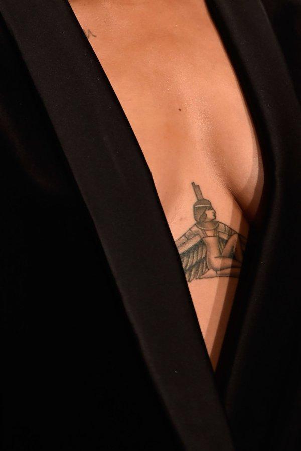 Diese Tattoos Unter Der Brust Sind So Schön Desiredde
