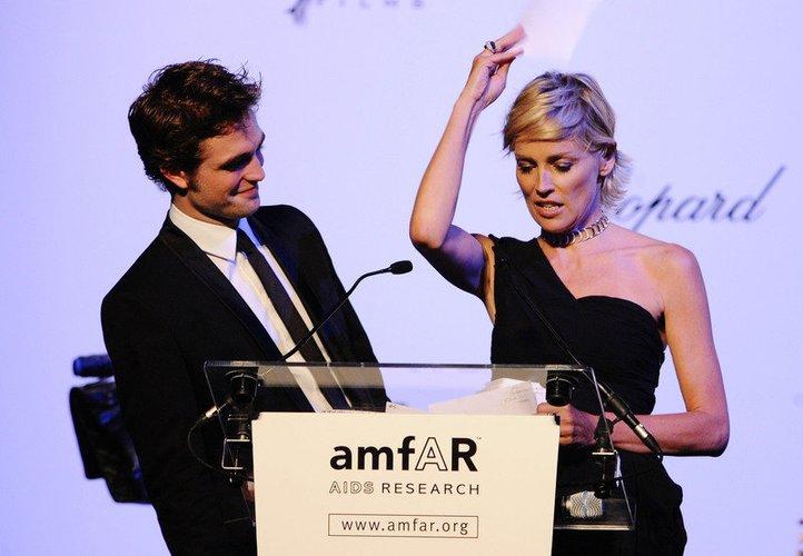 Robert Pattinson und Sharon Stone besuchen 2009 ein Charity-Event in Cannes.