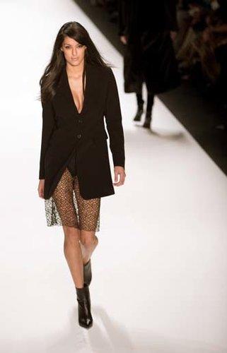 Rebecca Mir lief bei der Berlin Fashion Week im Januar 2014 für den Designer Riani. Trotz des heißen Outfits blieb das Model cool.