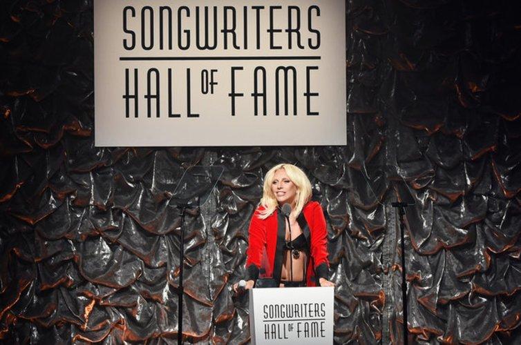 Lady Gaga spricht zur Masse