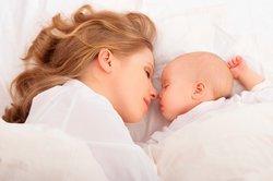 Baby, 1 Monat, mit Mutter.