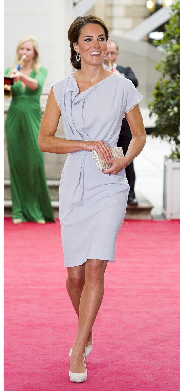 Kate Middleton in einer grauen Robe