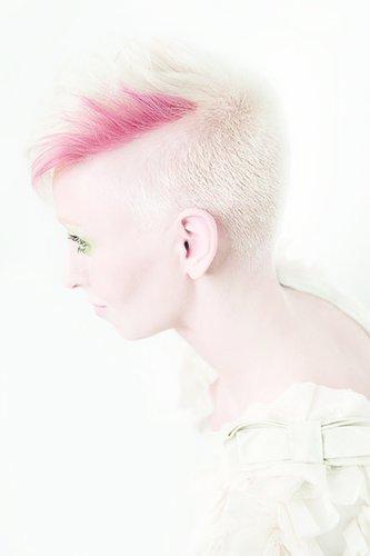 Platinblonder Pixie Cut mit pinker Strähne