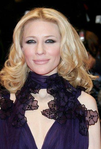 Cate Blanchett mit hellblonden, schulterlangen Locken