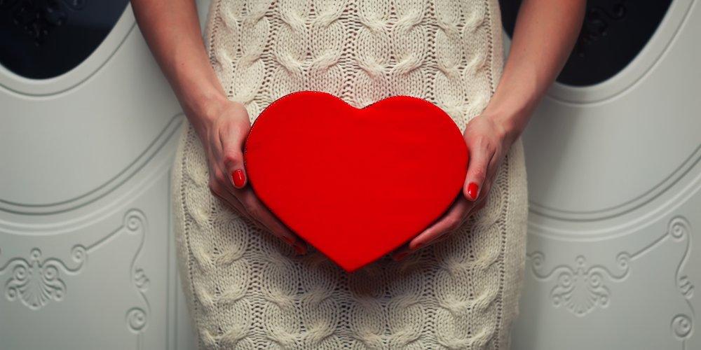 Frau hält Herz